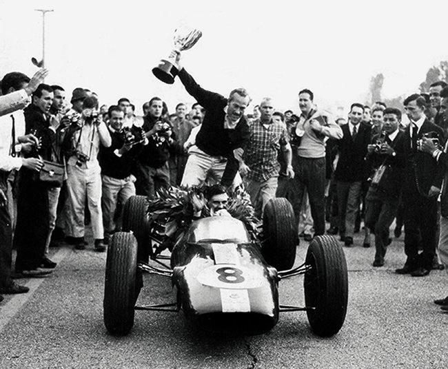 gpi-1963-jim-clark-e-colin-chapman-su-lotus-25-vincitore