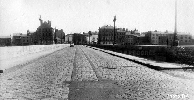 Le pont de Roanne avant son élargissement dans les années 50.  Photo DR